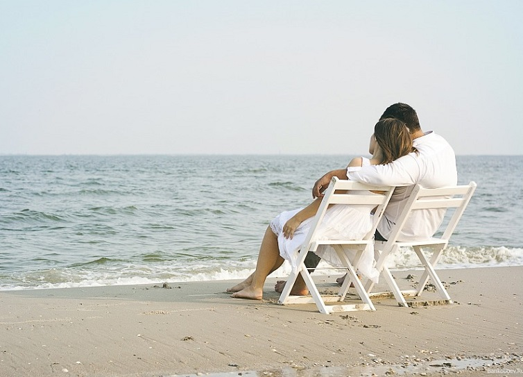 couple relaxing at sea side